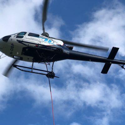 Lasteflyging helikopter transport pilot ser betong i gulv vindu pris